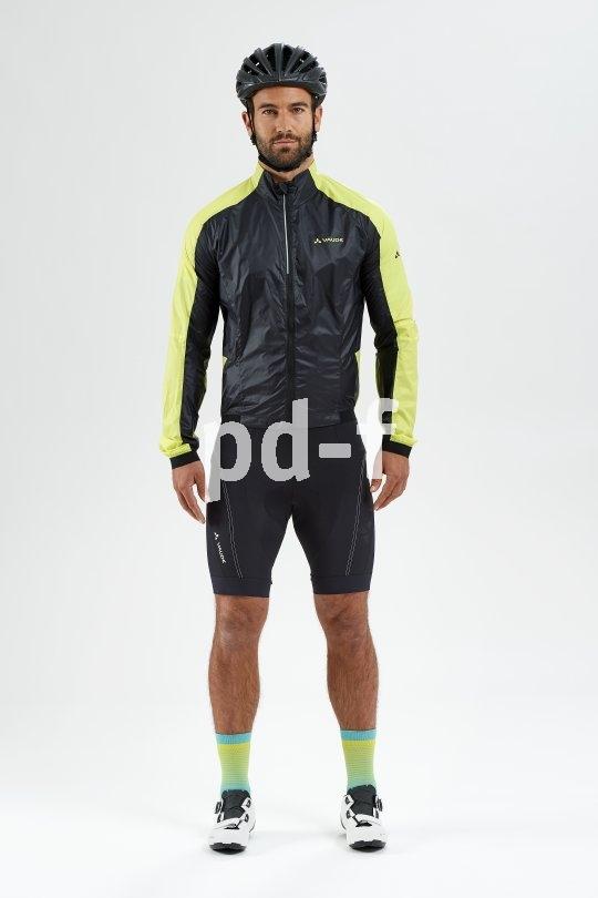 Sportliche Radbekleidung ist leicht, belastbar, atmungsaktiv und immer eher eng geschnitten, damit der Luftwiderstand gering bleibt. Auch die Hosen sitzen knapp, damit die eingearbeiteten Polster nicht hin und her rutschen.