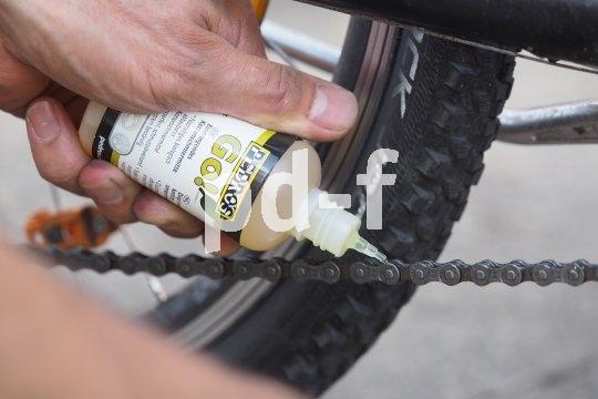 Kettenöl wird vorsichtig und tröpfchenweise aufgetragen.