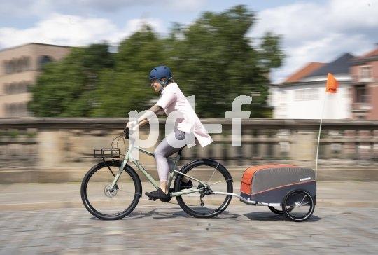 So lässt sich allerlei per Fahrrad transportieren: belastbare Gepäckträger, und dazu bei Bedarf ein Anhänger. Ein erfreulicher Anblick, der hoffentlich unser Alltagsleben mehr und mehr prägen wird.