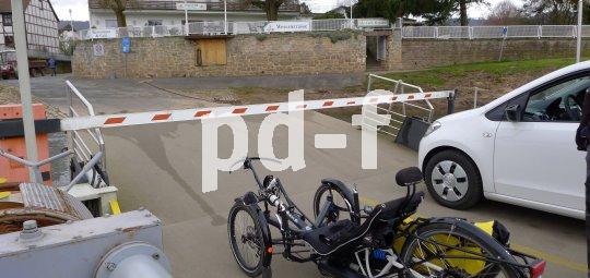 Das Kennzeichen verrät es: Dieses Liegedreirad ist eher Motorrad als Fahrrad und verspricht viel Speed auf der Landstraße.