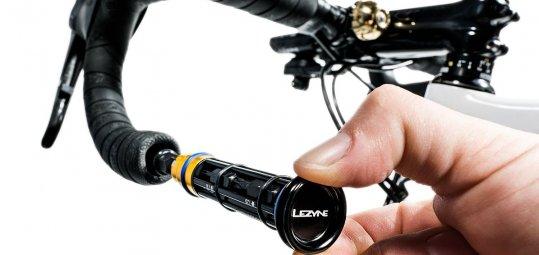 Dieses praktische Werkzeug-Set von Hersteller Lezyne lässt sich platzsparend im Lenker unterbringen.