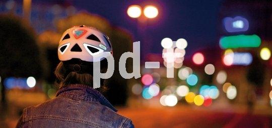 Reflektierendes Dekor sorgt dafür, dass der Radler unter diesem Helm bei Dunkelheit schneller wahrgenommen wird.