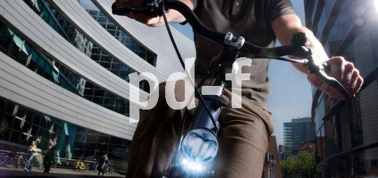 Nicht nur in dunklen Straßenschluchten bringt das Tagfahrlicht am Fahrrad mehr Sicherheit.