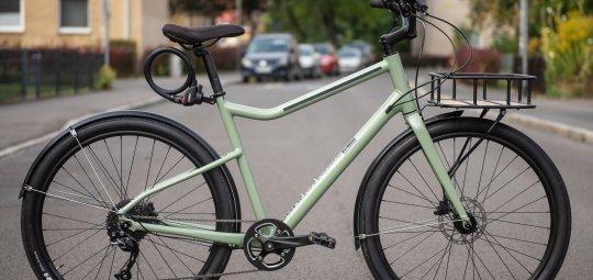 """Nur mal schnell mit dem Rad zum Bäcker: Wer sein Citybike (z. B. """"Treadwell"""" von Cannondale; 899 Euro) nur kurz sichern muss, der setzt auf einen schnellen Schlosszugriff per Magnethalterung."""