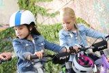 Die ersten selbstständigen Pedalumdrehungen machen noch mehr Spaß, wenn Freundinnen und Freunde auch dabei sind. Mit ein bisschen Platz lassen sich viele Geschicklichkeitsübungen durchführen, die spielerisch Fahrsicherheit vermitteln.