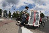 Das Anfahren ist etwas schwierig, aber wenn das Lastenrad in Schwung kommt, lässt es sich selbst beim Transport von Weißer Ware gut steuern.