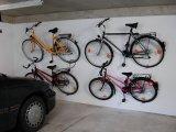 Mit Wandhalterungen lassen sich auf kleiner Fläche viele Fahrräder unterbringen.