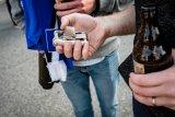 Kleiner Helfer in der Not: Dank einer Flaschenöffnerfunktion hilft ein Minitool auch beim Bier öffnen.