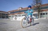 """Das erste eigene """"richtige"""" Fahrrad, straßenverkehrstauglich mit Licht und Schutzblech ausgerüstet, ist immer noch ein Grund für strahlende Kindergesichter."""