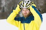 Unterm Helm kann es ganz schön zugig werden, eine eng anliegende spezielle Mütze sollte man im Winter also nicht vergessen.