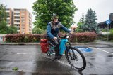 Regenwetter kann ein Fahrrad gut aushalten, aber der Mensch muss sich schon ein bisschen darauf einrichten. Lösungen für Bekleidung und Gepäck gibt es in Hülle und Fülle.