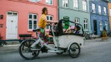 Lastenräder mit elektrischer Unterstützung sind immer häufiger die Alternative zum innerstädtischen Automobileinsatz. Pfiffige Transportboxen sind auch bei Kindern äußerst beliebt.