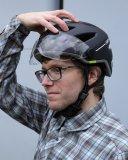 Ein richtig sitzender Fahrradhelm drückt nicht. Wackeln oder gar schlackern tut er aber auch nicht.