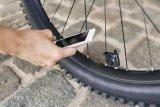 """Mit dem """"Airspy"""" von SKS läst sich der aktuelle Reifendruck jederzeit vom Smartphone ablesen. Der kleine Spion am Ventil benötigt dafür eine handelsübliche Knopfzelle."""