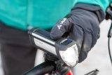 Wichtig im Winter: Fahrradzubehör wie hier die Akkubeleuchtung muss auch mit warmen Handschuhen bedienbar bleiben.