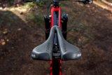 Die Breite dieses Fahrradsattels lässt sich verändern und an den Sitzhöckerabstand der fahrenden Person anpassen. Zwei verschiedene Positionen sind einstellbar.