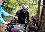 Beim Bikepacking ist es wichtig, das Gepäck gut komprimiert und wackelfrei verzurrt unterzubringen, am besten nahe der Längsachse des Rades.
