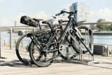 Die neu entwickelte Anlehn-Fahrradabstellanlage von Stadtmöblierer WSM bietet mehr Platz zwischen den Rädern und eine lackschonende Kunststoffummantelung.