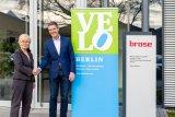 ?VELOBerlin 2020. Presented by Brose.? Brose wird exklusiver Hauptsponsor der VELOBerlin 2020. Ulrike Saade (CEO Velokonzept), Dr.-Ing. Thomas Leicht (Leiter Brose Antriebstechnik)