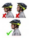 Ein Fahrradhelm darf in der Stirn nicht zu tief sitzen; aber auch nicht zu hoch.