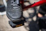 Im Alltagsbetrieb sind Pedale ohne Klicksysteme oft vorteilhaft. Für den sicheren Kontakt zwischen Schuh und Pedal sorgt hier eine Schicht Griptape.