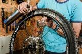 Durch Öffnen des Ablassventils entlädt sich die Hochdruckkammer rapide in den Reifen. Durch den Luftdruck werden die Reifenwülste nach außen gedrückt und setzen sich meist mit zwei- bis viermaligem lauten Knacken in die Felgenflanken.