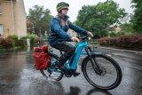 Dem Fahrrad macht es wenig aus, aber der Mensch muss sich schon ein bisschen darauf einrichten: Regenwetter. Lösungen für Bekleidung und Gepäck gibt es in Hülle und Fülle.