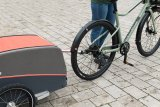 Nur das Notwendigste am Fahrrad, und dennoch bereit für den größeren Einkauf: Ein Anhänger macht das Fahrrad zum flexiblen innerstädtischen Transportgerät.