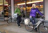 Eine vielseitige Fahrradtasche lässt sich ebenso über der Schulter tragen wie am Gepäckträger befestigen.