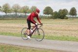 Kurz-kurz, so lautet die Kleiderordnung für´s Rennradfahren im Sommer, lang-lang im Winter. Für die Übergangszeit ist lang-dreiviertel oft ideal: Eine Dreiviertel-Hose schützt die kälteempfindlichen Knie, lässt aber noch frische Luft an die Waden.