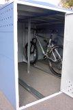 Nicht jeder will seinen Fahrrädern dauerhaftes Draußenstehen zumuten. Ist im Haus kein Platz, bietet sich eine Parkbox als Alternative an.