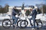Treffen sich zwei E-Bikes auf dem Radweg... - Alltag, auch unter den Augen der Bavaria und im Winter.