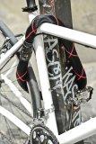 Wer keinen fest montierten Halter am Fahrrad wünscht, ist mit einem stabilen Kettenschloss gut beraten. Dieses lässt sich nämlich, um die Sattelstütze gewickelt, leicht transportieren.