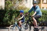 Eltern sollten gemeinsam mit ihren Kindern die ersten Fahrversuche im Straßenverkehr machen.