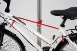 Diese bewegliche Halterung nimmt Fahrräder mit den unterschiedlichsten Rahmenformen auf.