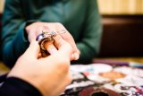 """Klein und sehr fein ist die Klingel """"Oi luxe"""" des australischen Anbieters Knog. Es gibt sie in drei Farben und zwei Größen für unterschiedliche Lenkerdurchmesser."""