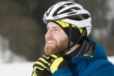 Spezielle Mützen, die unter dem Helm getragen werden können, sorgen bei frostigem Wetter für einen warmen Kopf.
