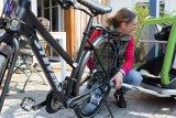 Anhänger und Mitreisender werden an das Fahrrad gekoppelt. Anfangs sollte man dabei in engem Kontakt mit dem Hund bleiben, damit kein Stress aufkommt im Abteil.