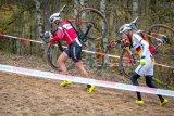 Mit einem richtig geschulterten Rad kann man bei Tragepassagen wertvolle Sekunden gut machen.