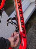 Flaschenhalter sind meist mit Innensechskant-Bolzen (Inbus) auf dem Rahmenrohr befestigt. Ein Set entsprechender Schlüssel gehört unbedingt ins Fahrrad-Werkzeugregal.