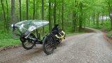 """Ein """"Streamer"""" sorgt auf dem Liegedreirad für optimalen Wetterschutz. Ob auf der Reise oder beim Pendeln, so macht die Fahrt auch bei Nässe Spaß."""
