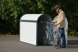 Nicht jeder will seinem Fahrrad dauerhaftes Draußenstehen zumuten. Ist im Haus kein Platz, bietet sich eine Parkbox als Alternative an.