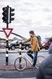 Eine wind- und regendichte, gefütterte Jacke macht Radfahren ohne Zähneklappern auch bei niedrigeren Temperaturen möglich. Atmungsaktiv sollte sie sein.