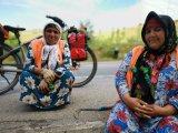Ein Schwatz am Wegrand mit diesen beiden Frauen in Tadschikistan. Sie entfernten Unkraut und Plastik aus der Regenrinne. Das Velo war mir in solchen Situationen immer ein Türöffner.