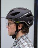 Wenn der Helm richtig sitzt und die Riemchen gut eingestellt sind, ist er beim Tragen kaum zu spüren.
