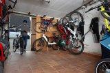 Am besten lassen Fahrräder sich senkrecht an der Wand unterbringen. So bleibt viel Bewegungsfreiheit im Raum zum Ein- und Ausparken, Luftdruck checken und Kette ölen - wenn es sein muss.