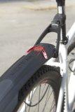 Für Mountainbiker, die im Dunklen unterwegs sind, bietet Hersteller SKS ein Steckschutzblech mit integriertem Rücklicht. Es ist StVZO-konform; der Akku ist herausnehm- und per USB aufladbar.