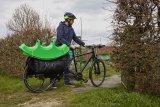 Einspurige Lastenräder bauen nicht breiter als normale Fahrräder. Das wirkt sich auch beim Schieben positiv aus.
