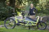 Viola von Cramon mit ihrem Lastenrad von Riese & Müller.