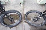 """Für extreme Einsätze eignen sich Fatbike-Reifen. Rechts daneben ein Reifen in """"Plusgröße"""", der sozusagen die alltagstaugliche Variante des extrem voluminösen Pneus darstellt."""